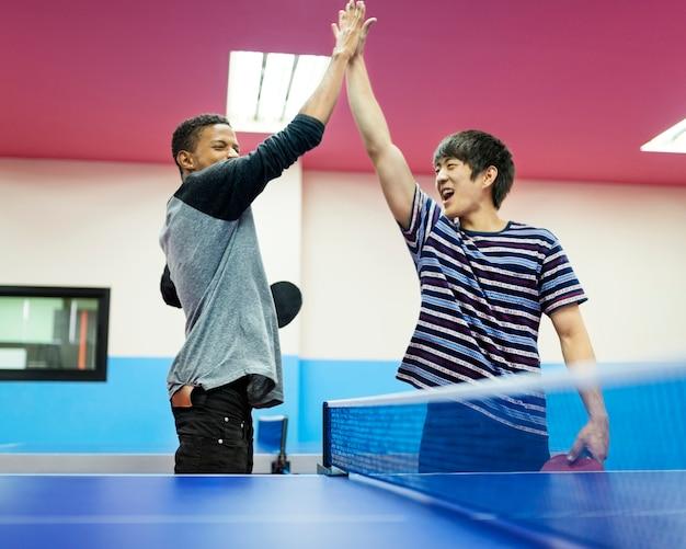 Conceito do esporte dos amigos do tênis de mesa do tênis de mesa