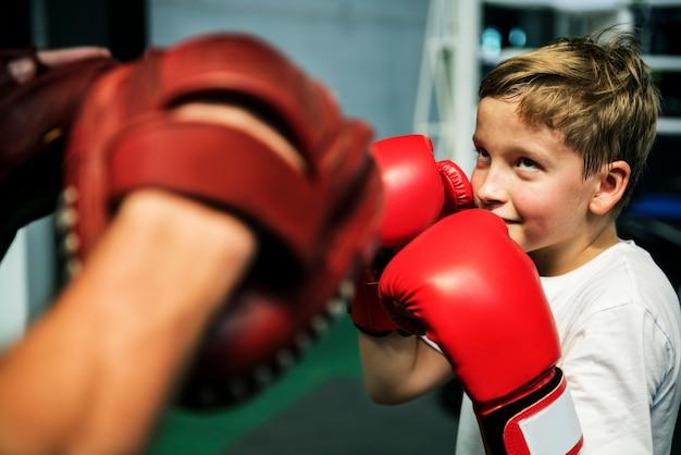 Conceito do exercício das luvas do perfurador do treinamento do encaixotamento do menino