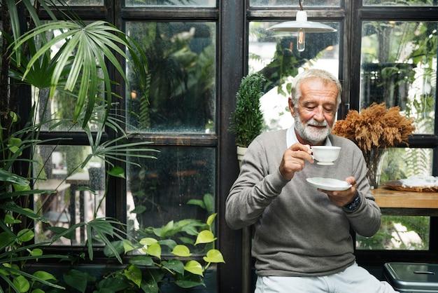 Conceito do homem do resto do lazer do pensionista do café da aposentadoria