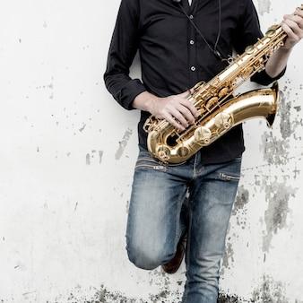 Conceito do instrumento de jazz do músico da sinfonia do saxofone