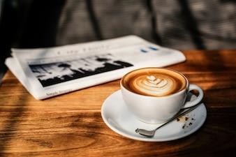 Conceito do jornal do cappuccino de Latte do café da cafetaria