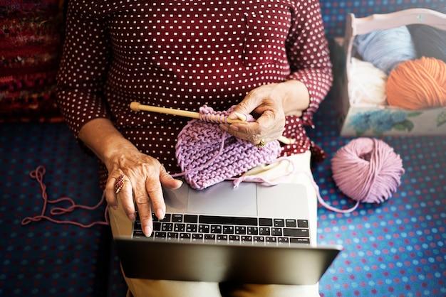 Conceito do lazer da recreação em linha da tecnologia do passatempo do crochet