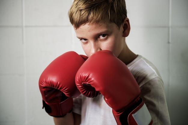 Conceito do movimento do exercício do encaixotamento do treinamento do menino
