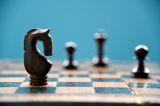 Conceito do negócio da competição do jogo de mesa da xadrez.