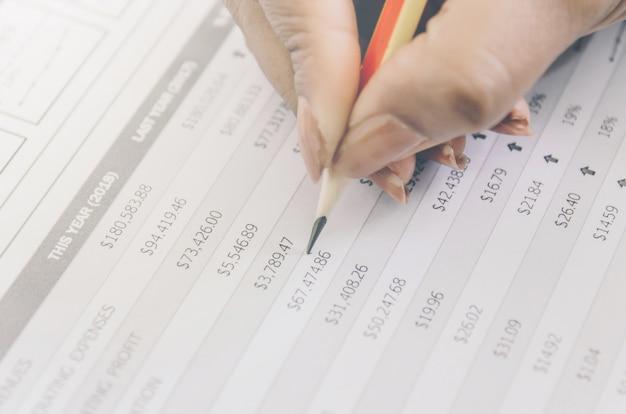 Conceito do negócio de financeiro e da contabilidade com a folha de papel de dados planeando.