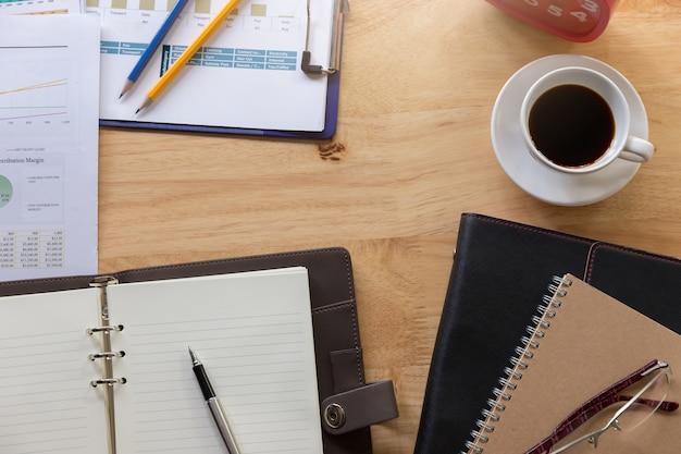 Conceito do negócio e da finança do funcionamento de escritório, mesa de escritório no dia de trabalho.