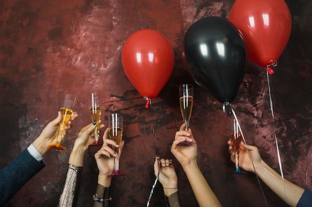 Conceito do partido do ano novo com as mãos