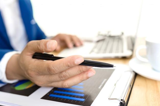Conceito do plano de contabilidade empresarial, trabalhando no laptop desktop com a calculadora para fazer negócios, mão de homem de negócios trabalhando com o laptop no consultor de investimentos em negócios de mesa de madeira.