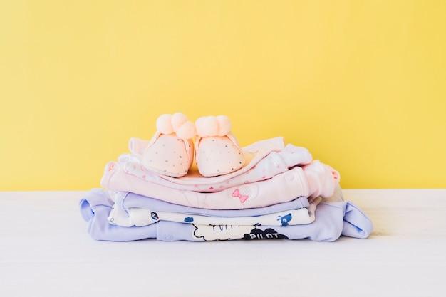 Conceito do recém nascido com roupas de bebê