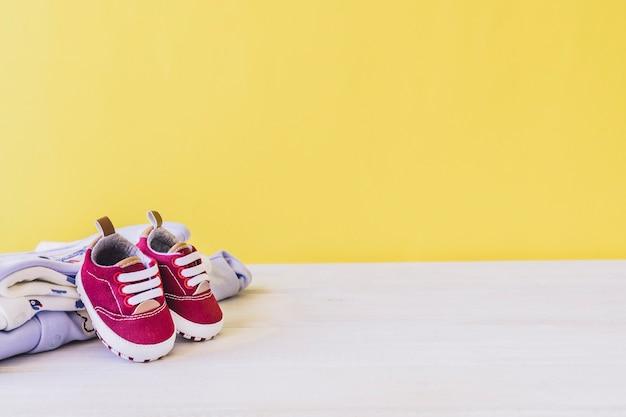 Conceito do recém nascido com sapatos e roupas