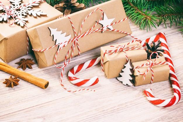 Conceito do tempo do natal, presentes do natal e bastão de doces tradicional dos doces do ano novo no bachground de madeira. vista superior cópia espaço. toned