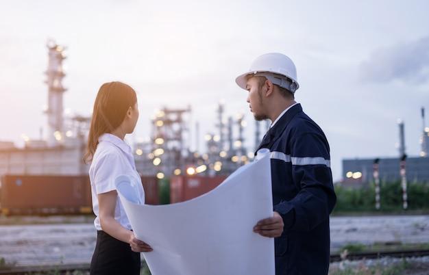 Conceito do trabalhador do coordenador que trabalha na refinaria de petróleo.