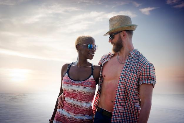 Conceito doce do amor dos pares das férias de verão da praia