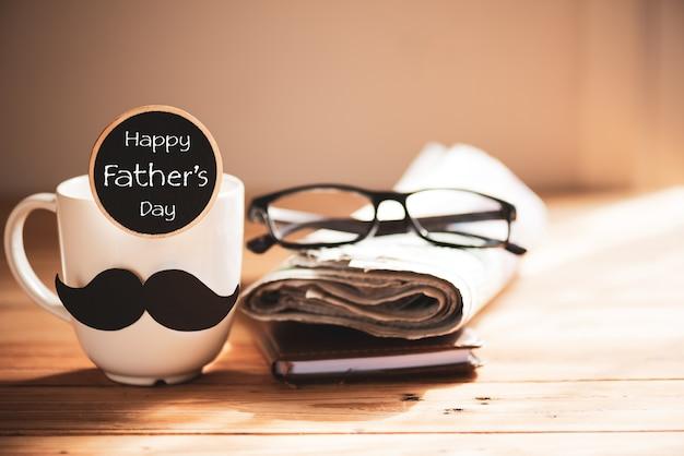 Conceito dos acessórios do dia de pais no fundo de madeira da tabela.