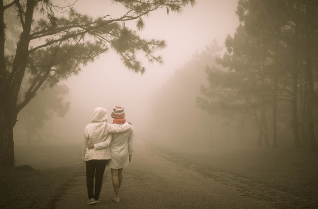 Conceito dos melhores amigos com a menina dois que anda e que abraça para sempre.