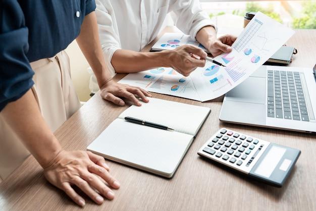 Conceito dos trabalhos de equipa, executivos empresariais que discutem o trabalho do original na reunião na entrada moderna do escritório.