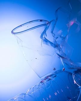Conceito ecológico com copo plástico