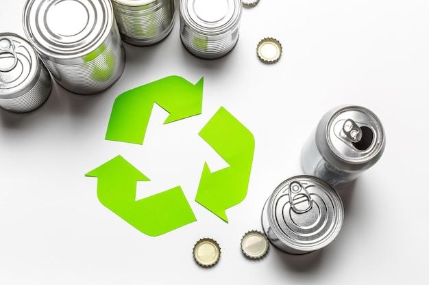 Conceito ecológico com símbolo de reciclagem na vista superior do fundo da mesa