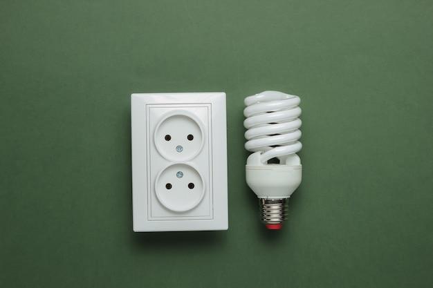 Conceito ecológico energia energia economia salve o planeta lâmpada em espiral com tomada dupla de energia