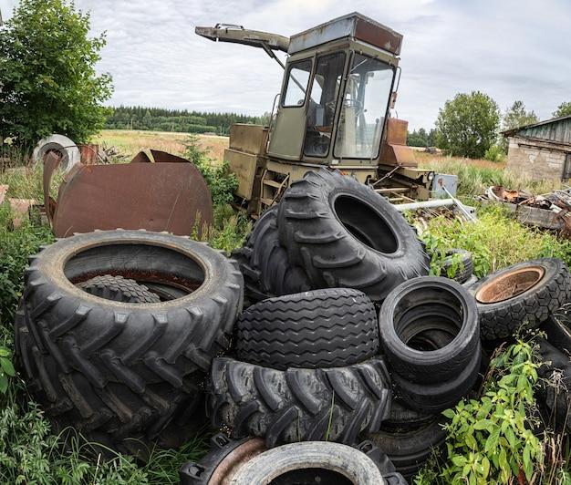 Conceito ecológico. pneus velhos usados em um depósito de sucata
