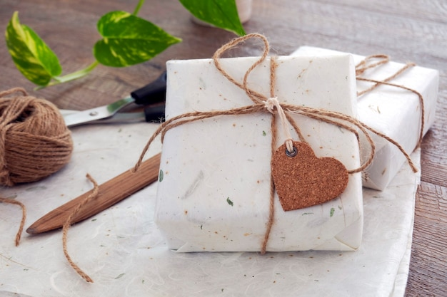 Conceito ecológico, presentes embrulhados em papel artesanal na mesa de madeira