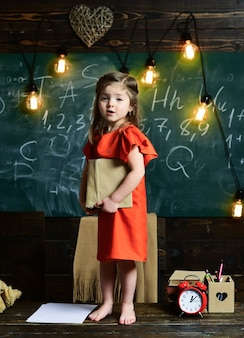 Conceito educacional infantil, crianças em idade escolar, em uma sala de aula, criança, aluno, menina, pensa