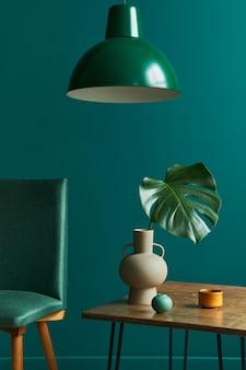 Conceito elegante de interior de sala de estar com pequenas cadeiras de design de mesa de nogueira folha tropical em relógio de vaso decoração de tapete retro e acessórios pessoais elegantes em decoração de casa vintage moderna