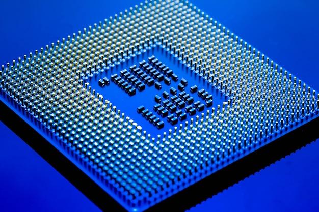 Conceito eletrônico da tecnologia cyber. cpu ram computador em fundo azul claro