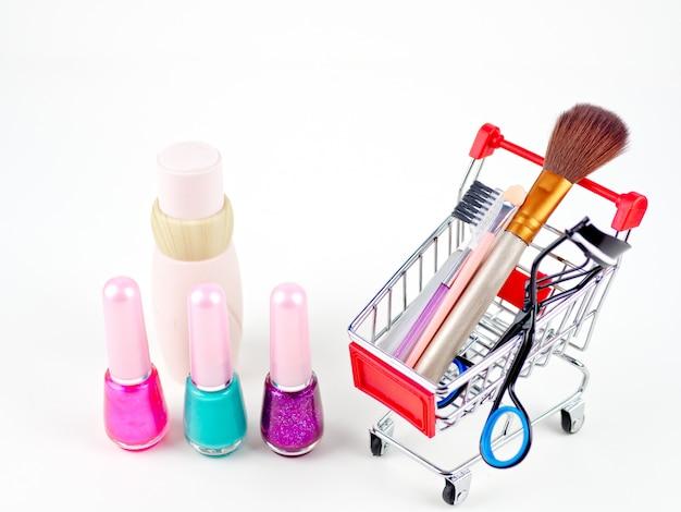Conceito em linha de compra cosmético no fundo branco