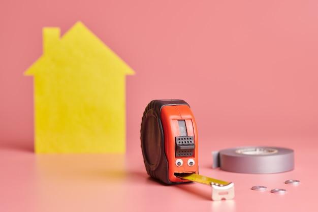 Conceito engraçado de fita métrica de metal. renovação de casas. reparo em casa e conceito redecorado.