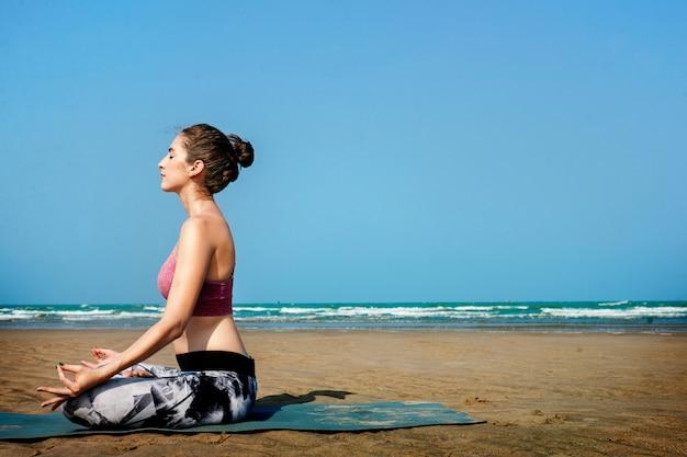 Conceito exterior da praia ativa do exercício da ioga