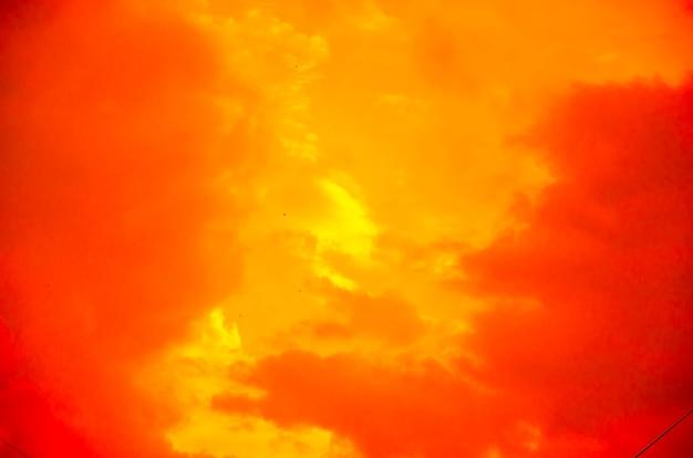 Conceito fantástico de fundo de terror místico de outro planeta do mundo paranormal, estilo fantasia. céu dramático vermelho preto laranja com nuvens assustadoras do inferno e sombras e luzes terríveis