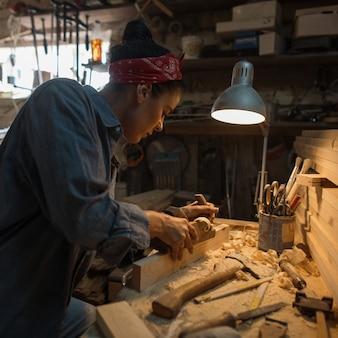 Conceito feito à mão. artesão trabalha em oficina de madeira