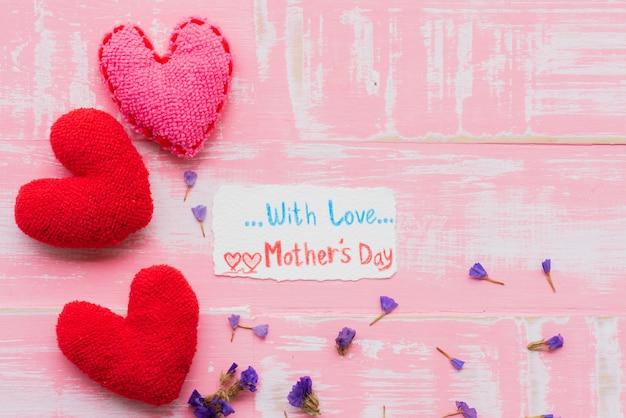 Conceito feliz do dia de mãe no fundo de madeira pastel cor-de-rosa brilhante.