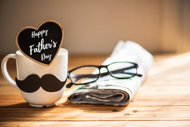 Conceito feliz do dia de pais no fundo de madeira da tabela.
