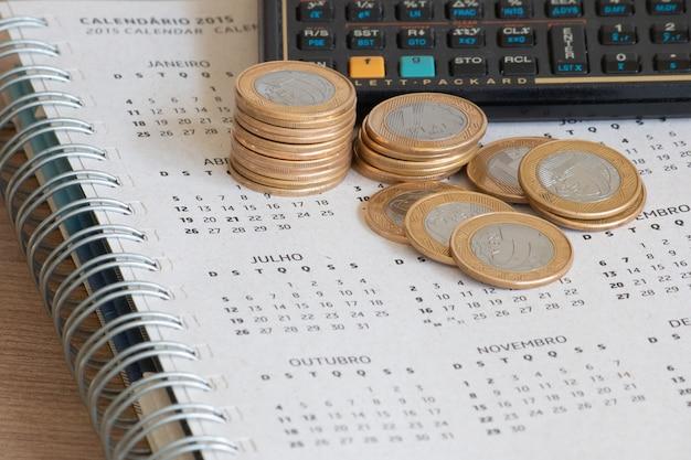 Conceito financeiro calendário com moedas brasileiras