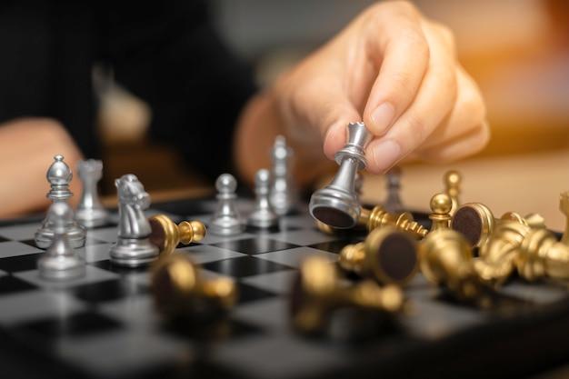 Conceito financeiro da estratégia empresarial da xadrez da mulher de negócio.