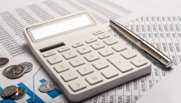 Conceito financeiro de negócios. calculando o fluxo de caixa e dinheiro.