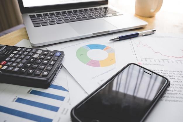 Conceito financeiro de negócios laptop, caneta, café, smartphone, gráfico para finanças
