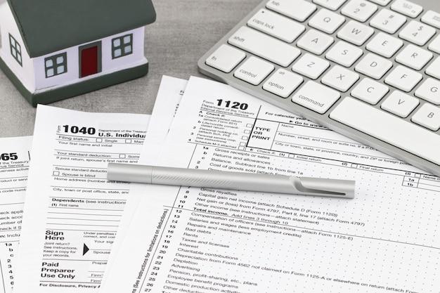 Conceito financeiro do negócio de formulário de imposto. formulário de imposto de retorno com uma casa em miniatura