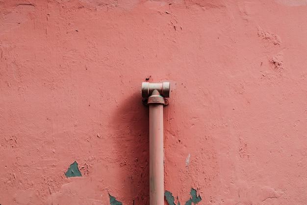 Conceito gasto da tubulação de água da parede do emplastro