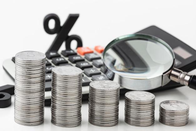 Conceito gráfico com moedas de alto ângulo