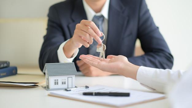 Conceito imobiliário, cliente assinando contrato sobre contrato de empréstimo à habitação.