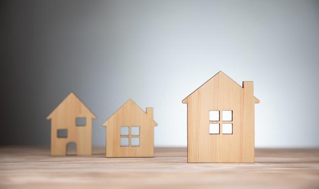 Conceito imobiliário e de aldeia, modelos de casas de pequenos blocos de madeira.