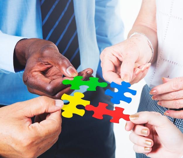 Conceito incorporado do enigma de serra de vaivém da equipe da conexão de negócio