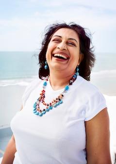 Conceito indiano do retrato do estilo de vida das férias da praia da mulher