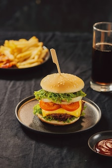 Conceito insalubre. alimentos não saudáveis: hambúrguer, molho, batata, cola.