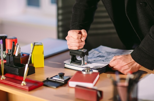 Conceito. ladrão rouba no escritório. espião no escritório.