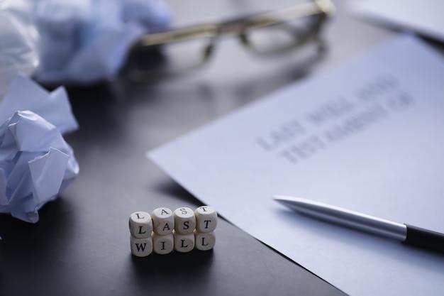 Conceito legal. o procedimento para escrever o último testamento. papéis com testamento em cima da mesa. registro do último testamento e testamento.