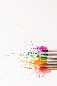 Conceito lgbtq de cores feitas com a ajuda de tintas aquarela e pincéis de flores de azálea em uma folha de papel para pintura em aquarela